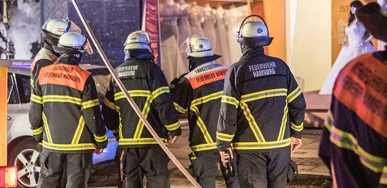 Feuer in einem Mehrfamilienhaus! - Feuerwehre rettet Familie von Dach