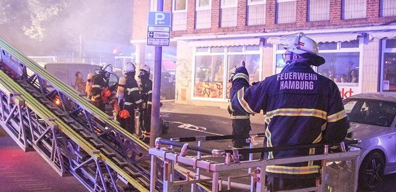 Feuerwehr rettet Bewohner aus Verrauchten Mehrfamilienhaus