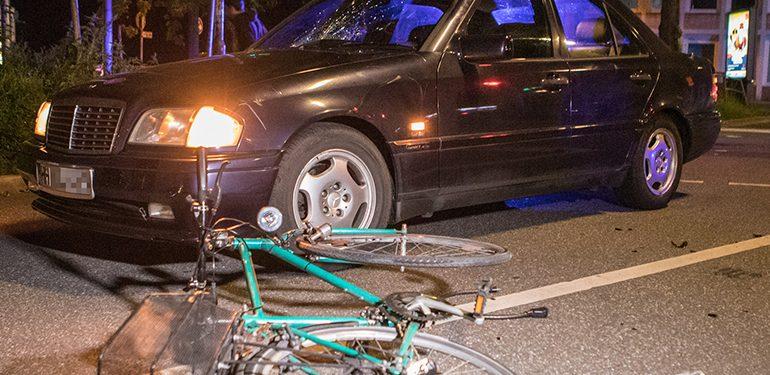 Fahrradfahrerin mit Bier in der Hand von Auto erfasst!