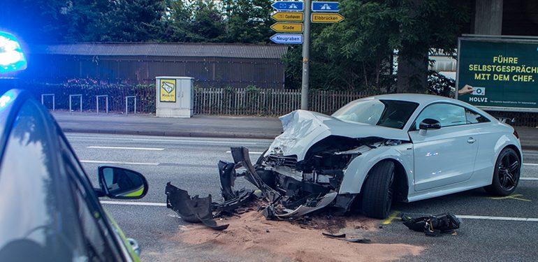 B73 kurzzeitig gesperrt - Unfall zwischen Sportwagen und SUV