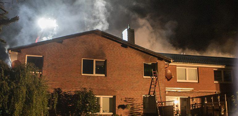 Großeinsatz! - Schuppenbrand auf Wohngebäude übergegriffen - Junge rettet sein Teddybär