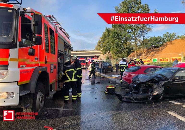 Verkehrsunfall mit 5 Verletzten in Eidelstedt - Feuerwehr Hamburg befreit Fahrer mit hydraulischem Rettungsgerät aus Fahrzeug