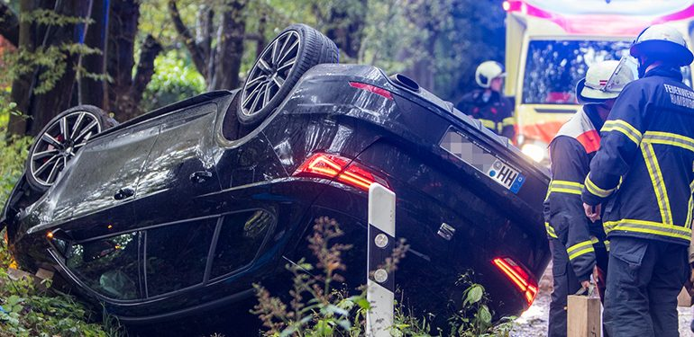 Fahrzeug überschlägt sich, Fahrer durch Ersthelfer befreit!