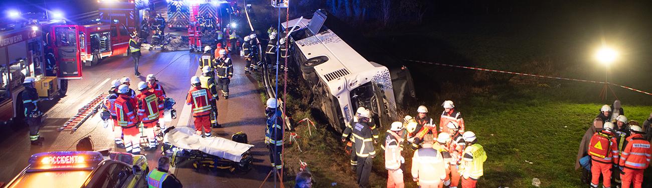 150 Einsatzkräfte im Einsatz! – Reisebus verunfallt auf der A1