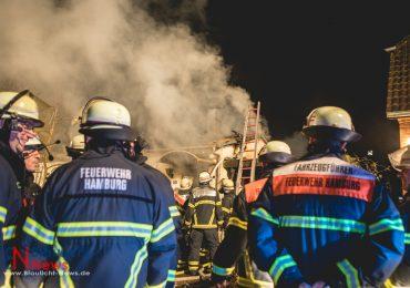 Großeinsatz in Hamburg-Langenhorn: Einfamilienhaus brennt vollständig aus - 2 Verletzte!
