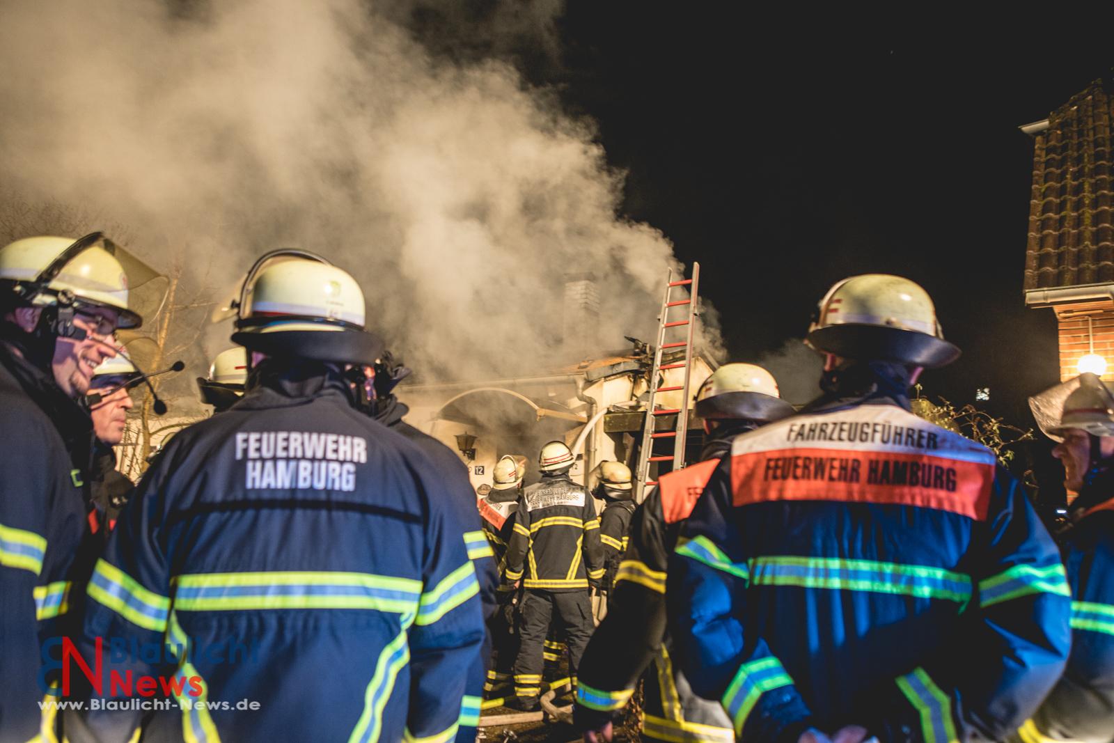 Großeinsatz in Hamburg-Langenhorn: Einfamilienhaus brennt vollständig aus – 2 Verletzte!