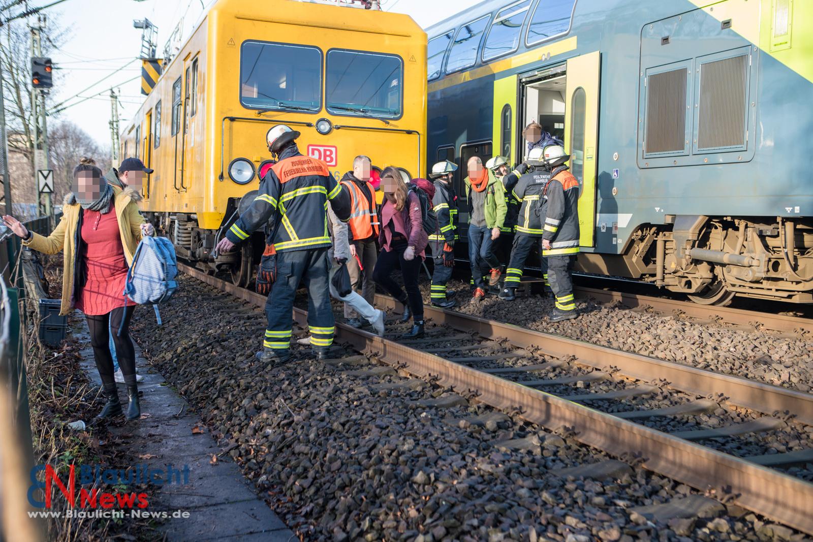 Regionalbahn bleibt auf Lombardsbrücke liegen – Oberleitung gerissen / Zug wurde evakuiert: 70 Personen gerettet!