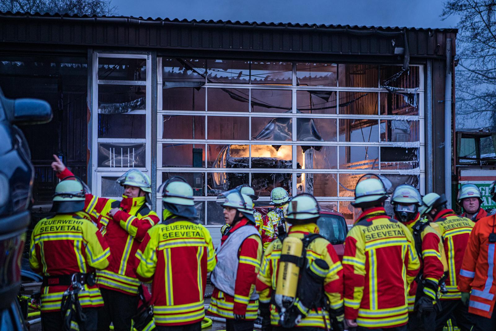 Großbrand in letzter Sekunde verhindert: 140 Feuerwehrleute im Einsatz – 1 Verletzte Person