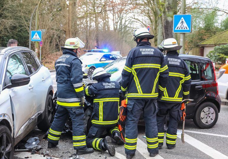 Schwerer Verkehrsunfall in Hamburg Volksdorf - Trümmerfeld, eine Person verletzt