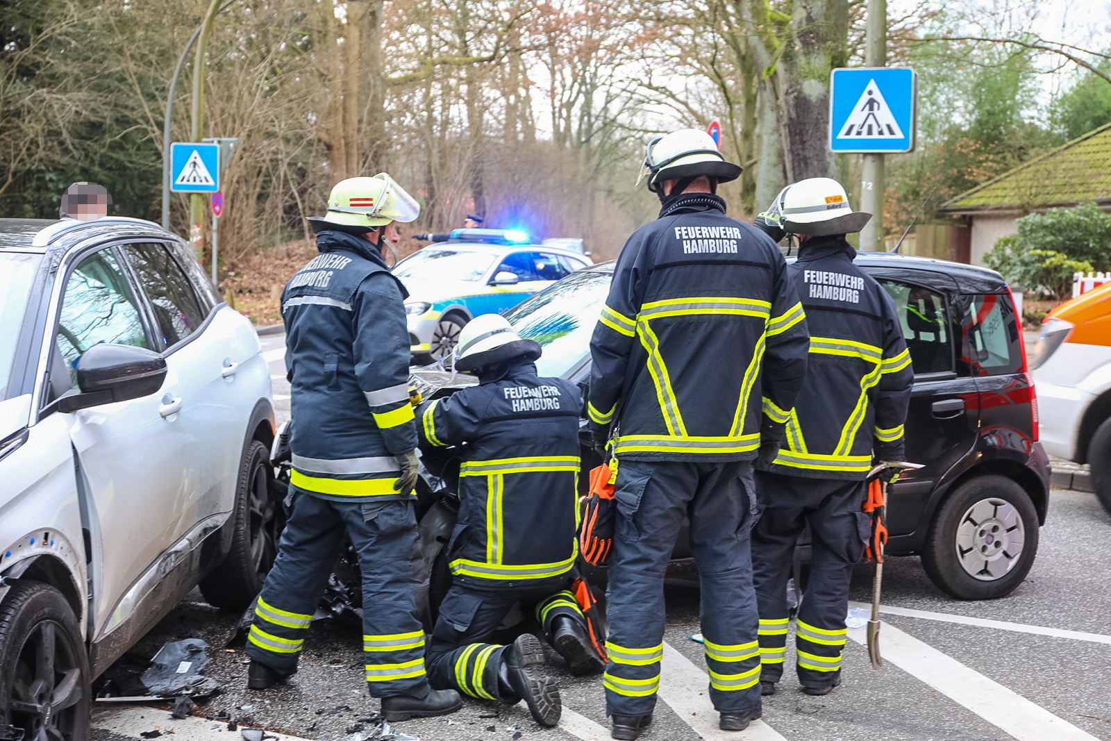 Schwerer Verkehrsunfall in Hamburg Volksdorf – Trümmerfeld, eine Person verletzt