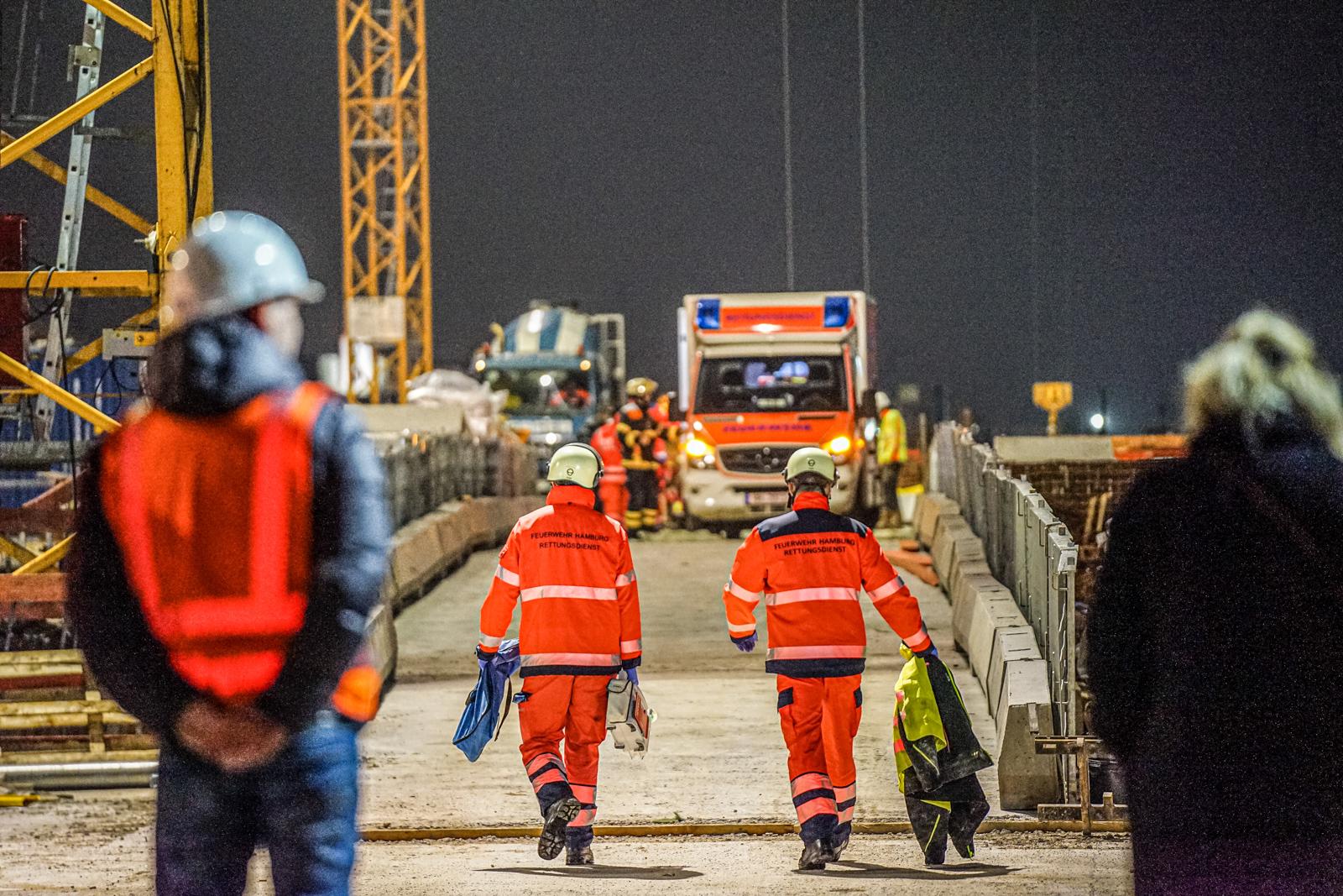 Arbeitsunfall auf Baustelle: Höhenretter retten schwer verletzten Bauarbeiter mit Kran