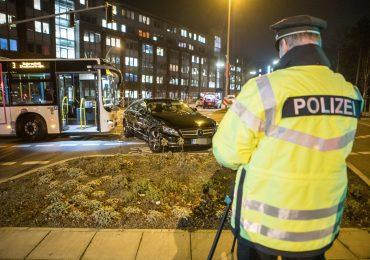 Ampel ausgefallen - Linienbus rammt Mercedes - zwei Verletzte!