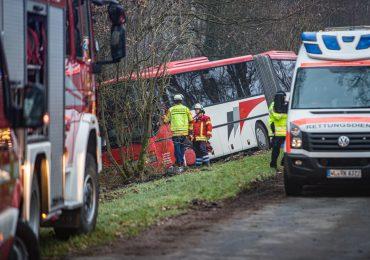 Busunglück bei Hamburg: Bus rutscht in Graben, Fahrer stirbt!
