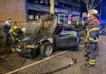 Brandstiftung? - Mehrere Fahrzeuge auf der Straße vor der Feuerwehreinsatzzentrale in Brand