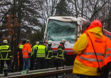Zugunglück! - UBahn in Hamburg verunglückt! - Fahrer in Kabine eingeschlossen - UBahn gegen Baum gefahren