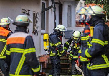 Gasleckage im Keller eines Einfamilienhauses - Feuerwehr mit mehreren Fahrzeugen im Einsatz