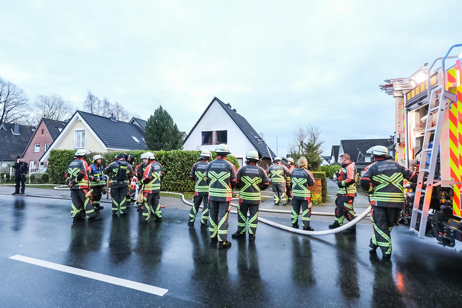 Zimmerbrand! – Großeltern fliehen mit Enkelkind aus Brandhaus – Krankenhaus