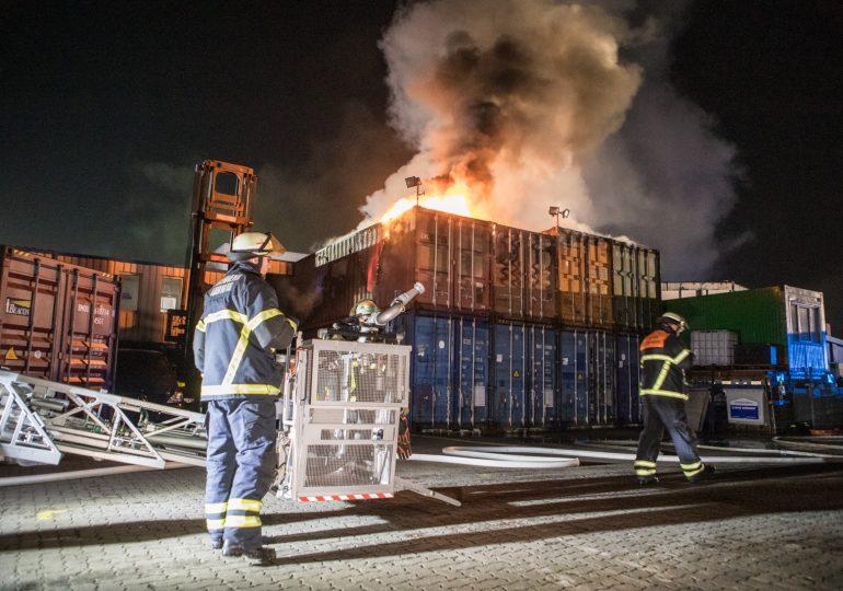 Großeinsatz für die Feuerwehr - mehrere Seecontainer in Brand