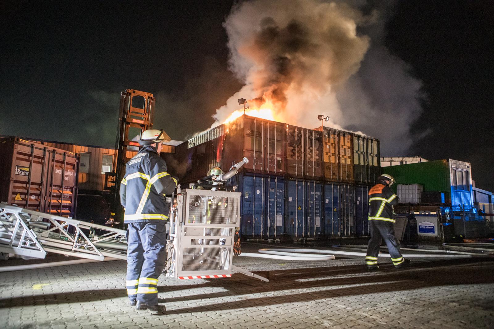 Großeinsatz für die Feuerwehr – mehrere Seecontainer in Brand