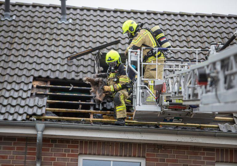 Flammen schlagen aus dem Dachstuhl! - 3 Personen verletzt