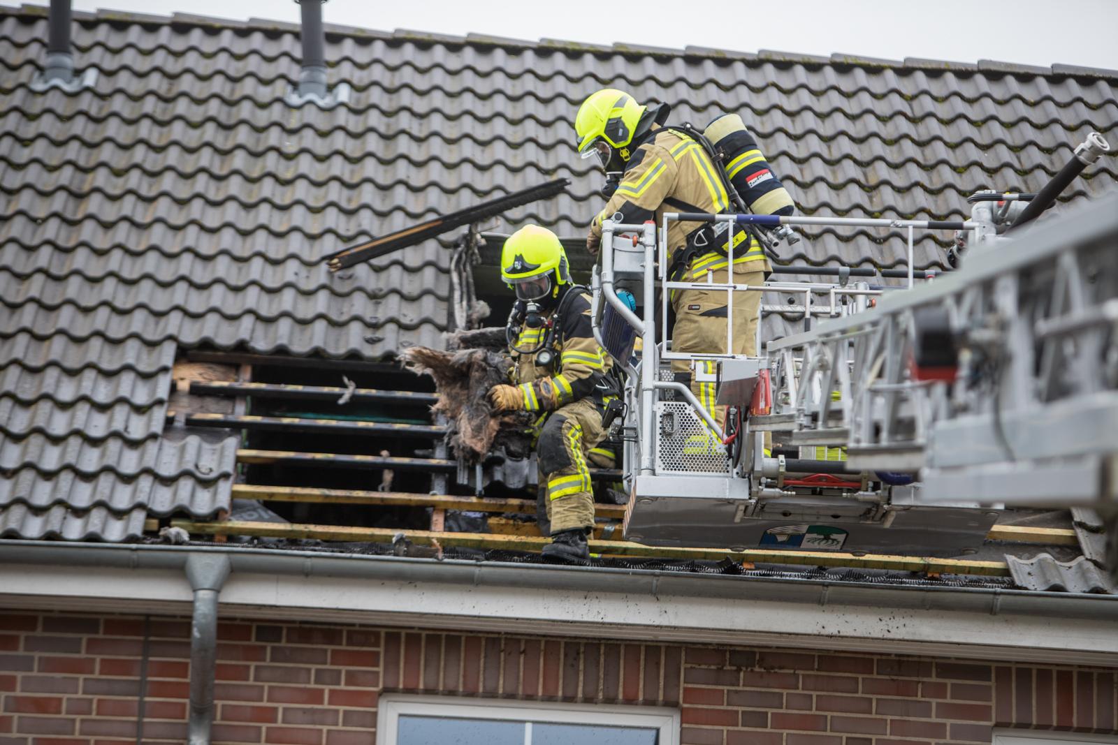 Flammen schlagen aus dem Dachstuhl! – 3 Personen verletzt