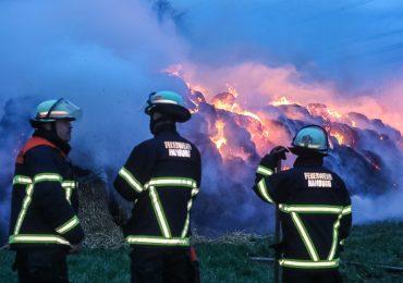 Mehrere Strohballen in Brand! - Sturm facht Feuer an!