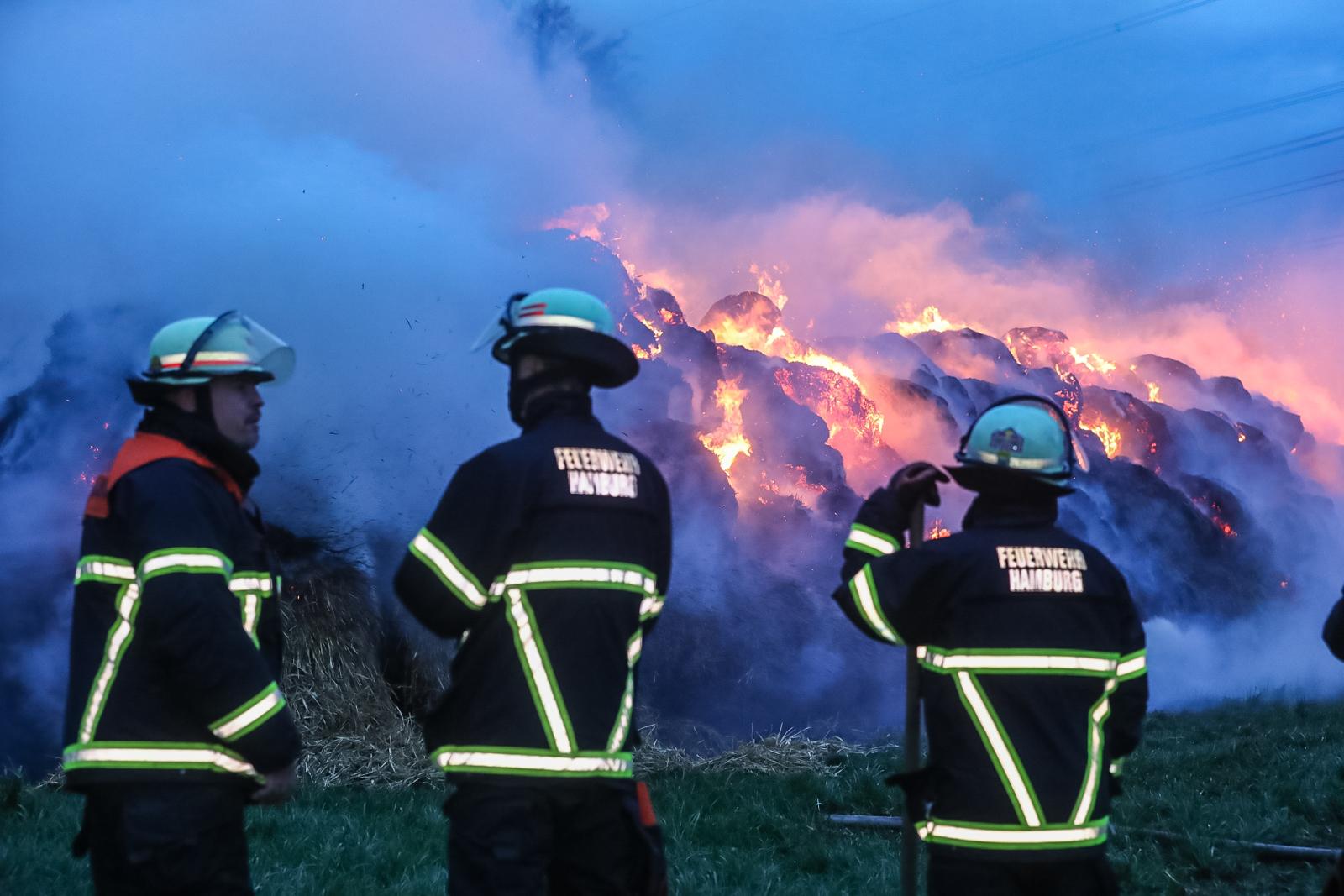 Mehrere Strohballen in Brand! – Sturm facht Feuer an!
