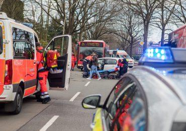 13 verletzte Personen nach Crash mit Linienbus! - PKW kracht in Linienbus