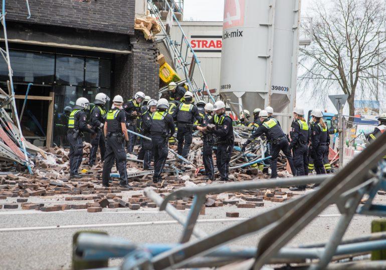 Feuerwehr und Polizei retten verschütteten Bauarbeit unter eigener Lebensgefahr!