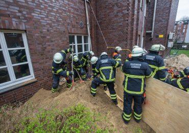 Feuerwehr Hamburg rettet verschütteten Bauarbeiter aus 3 Meter tiefer Baugrube in letzter Minute