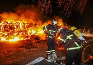 Brandstiftung - Feuerwehr findet Grillanzünder bei Großbrand