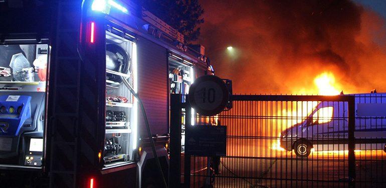 Brandstiftung? Transporter geht auf Parkplatz einer Obdachlosenunterkunft lichterloh in Flammen auf!