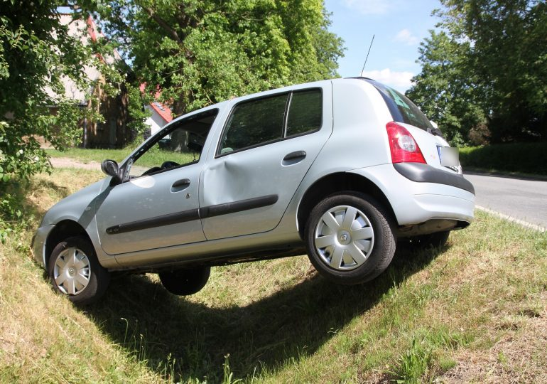 78-jährige rast in Straßengraben und überschlägt sich - Beifahrerin wird leicht verletzt!