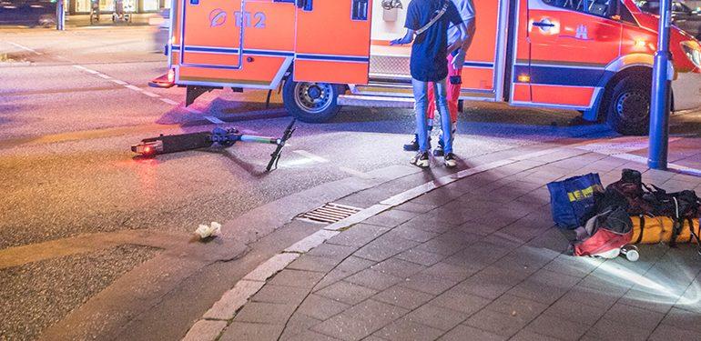eScooter-Fahrerin fährt falsch und wird von Taxi erfasst!