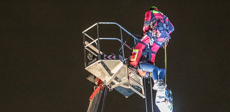 zwei Mädchen (14,15) sind über 4 Stunden auf einer Hubarbeitsbühne gefangen