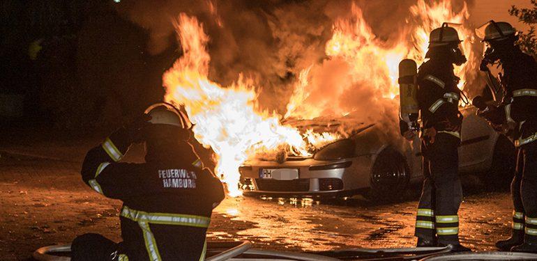 Brandstiftung? - VW-Golf auf Hinterhof in Flammen