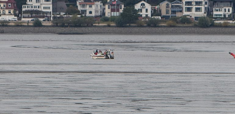 auf Grund gelaufen - Freizeitkapitän setzt Motorboot auf Schlick - Frau durch Feuerwehr gerettet