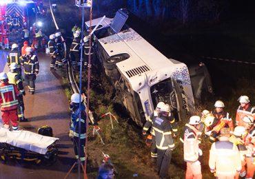 150 Einsatzkräfte im Einsatz! - Reisebus verunfallt auf der A1