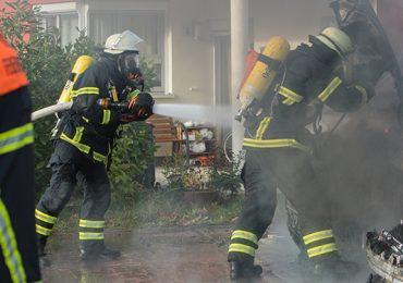 Gefährlicher Einsatz! - Transporter einer Kältefirma mit gefährlichen Stoffen in Flammen