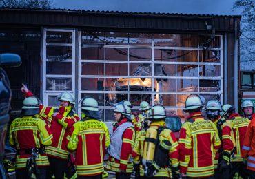 Großbrand in letzter Sekunde verhindert: 140 Feuerwehrleute im Einsatz - 1 Verletzte Person