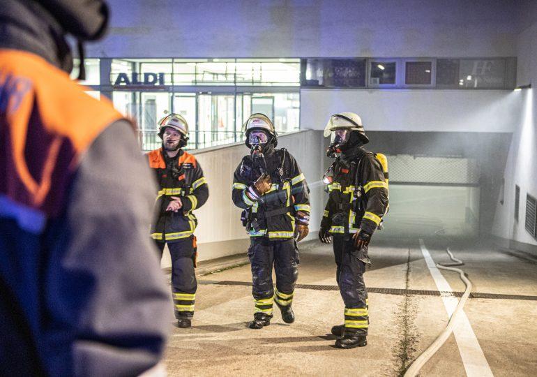 Großeinsatz Feuerwehr Hamburg: Kellerbrand in achtstöckigen Gebäude in Altona: Supermarkt evakuiert!