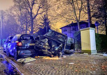 40-jährige Autofahrerin verunfallt auf der Elbchaussee - Bushaltestelle beschädigt / Stromkasten zerstört - Trümmerfeld auf der Elbchaussee