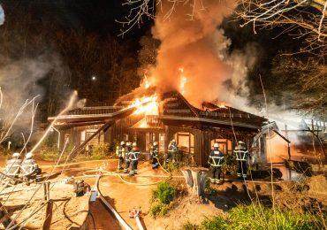 KiTa in Hamburg brennt vollständig aus - über 60 Retter im Einsatz