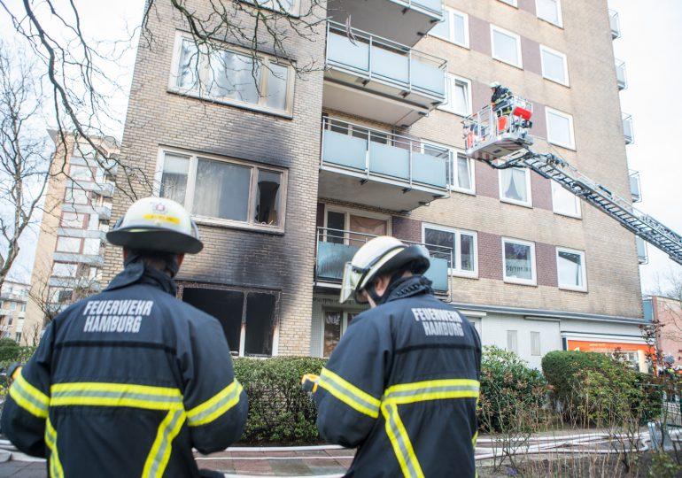 Feuer in achtgeschossigem Wohnhaus - Feuerwehr Hamburg rettet 20 Menschen