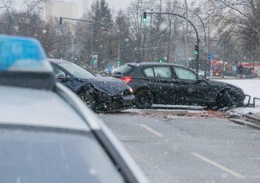 Glätteunfall - Zwei PKWs auf Brücke verunfallt - 2 Personen verletzt