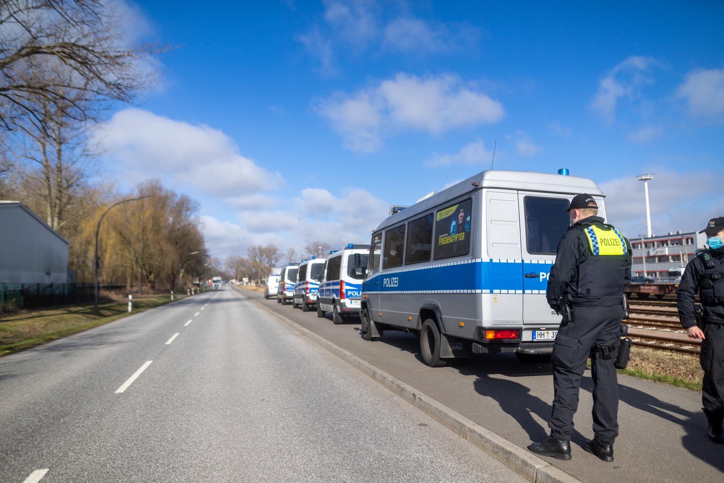 Gro-e-Suchaktion-nach-misslungener-Verkehrskontrolle-Autofahrer-rast-vor-Polizei-davon