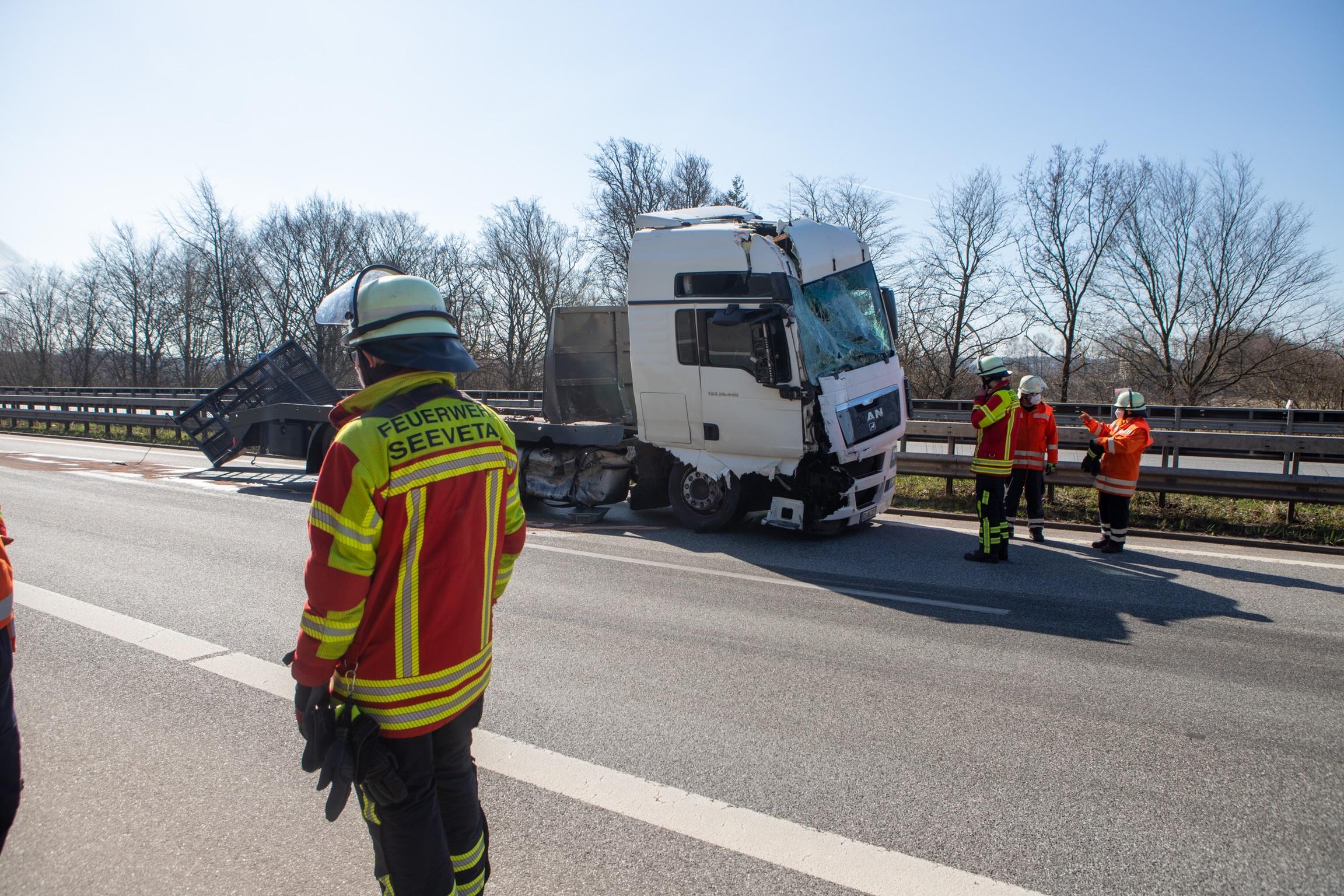 Schwerer-Unfall-sorgt-f-r-A7-Sperrung-LKW-kracht-in-Stauende
