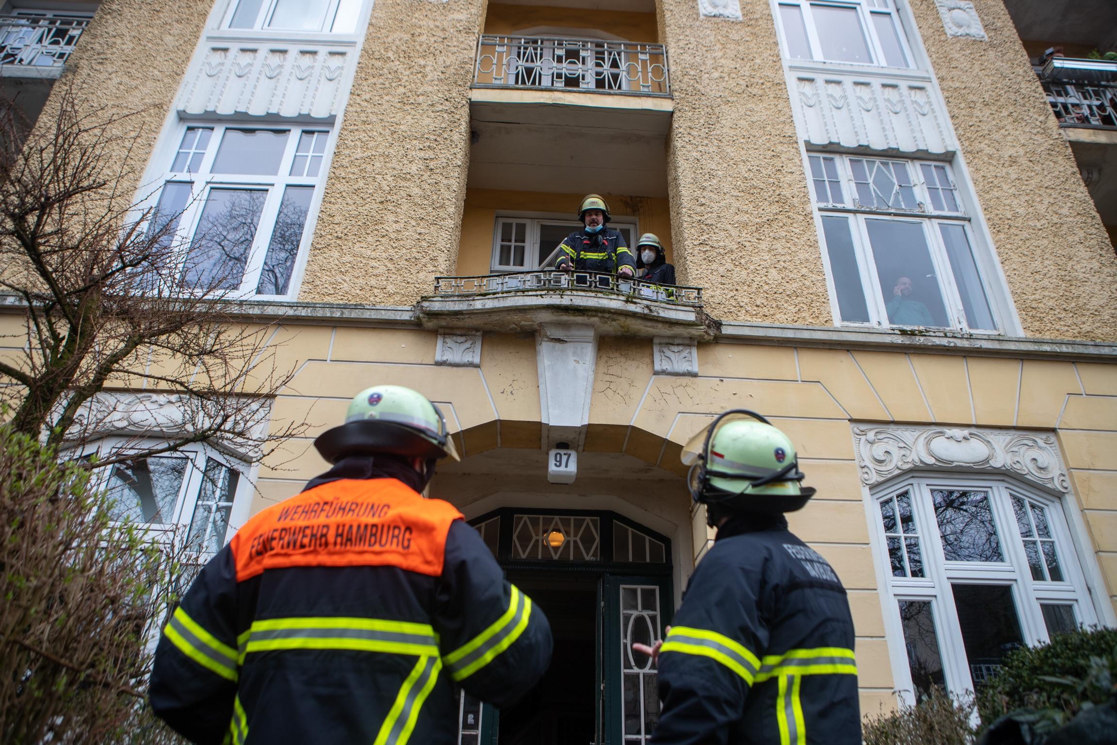 Wegen-Sturm-und-Witterung-Feuerwehr-muss-Schutzdach-vor-Mehrfamilienhaus-bauen