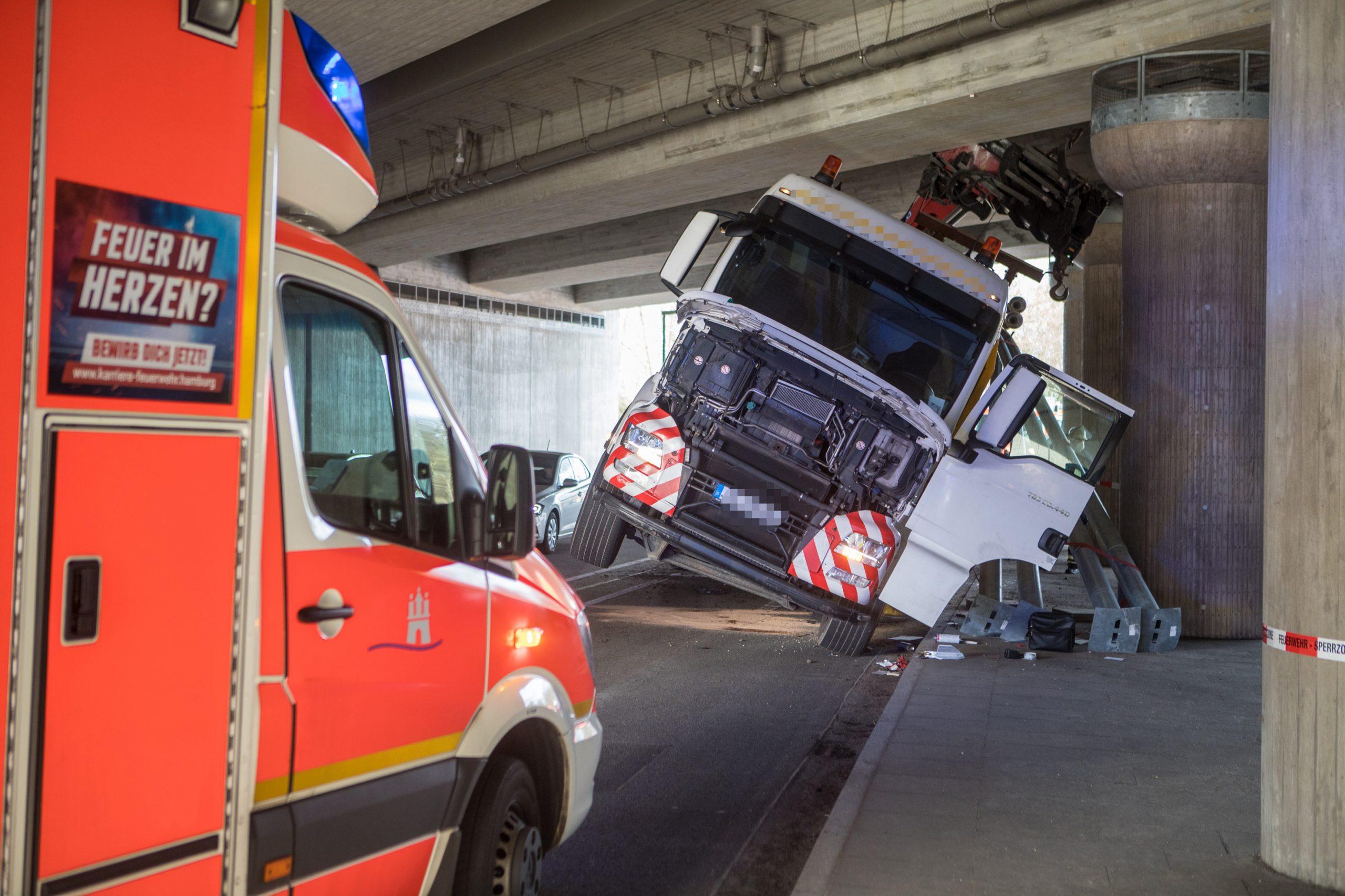 Brummi-verkeilt-sich-unter-Autobahnbr-cke-LKW-Fahrer-verletzt-