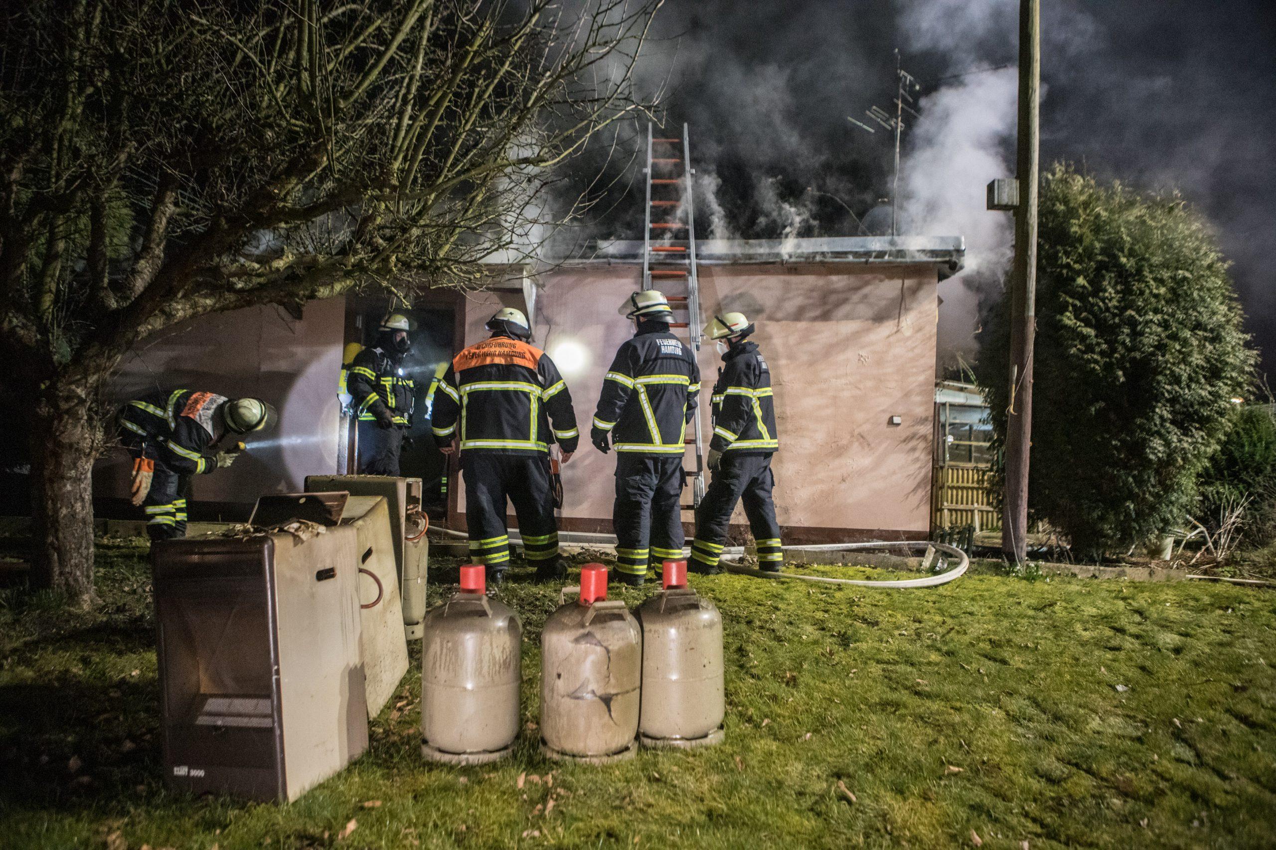 Unfassbar-Feuerwehr-holt-6-Gasflaschen-aus-brennender-Gartenlaube